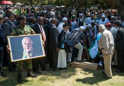 Le corps d'Ahmed Kathrada, héros anti-apartheid, est mis en terre dans le cimetière de Westpark, le 29 mars 2017 à Johannesburg | AFP | MUJAHID SAFODIEN
