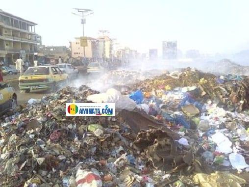 Insalubrité, immondices, les ordures empêchent la circulation à Cosa Camp carrefour