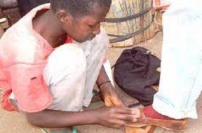 cireur pas mal des jeunes guinéens qui pratiquent le cirage
