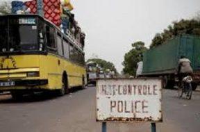 un poste frontalier, un groupe d'enfants interceptés en partance pour le Sénégal