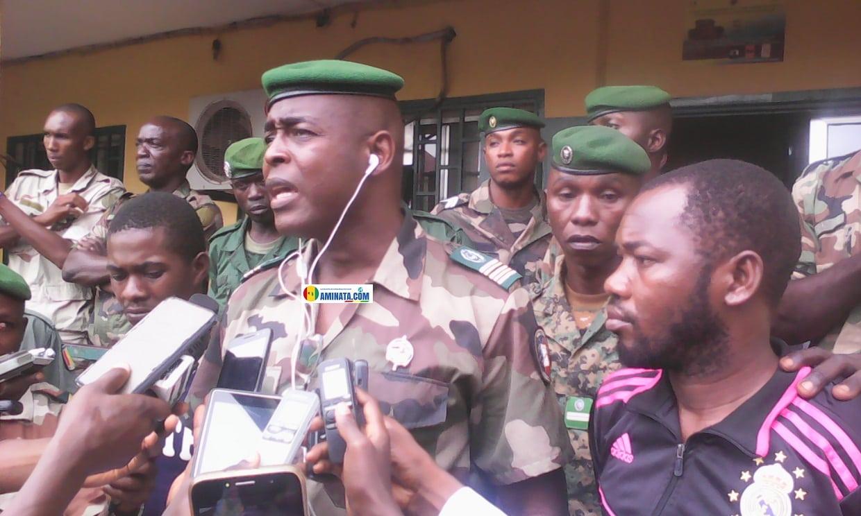 Le colonel Mamadou Alpha Barry, porte-parole de la gendarmerie présentant à la presse des bandits (photo d'illustration)