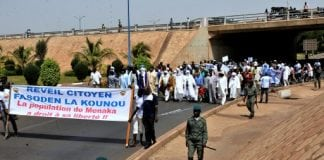 Des manifestants en provenance de Ménaka manifestent pour leur liberté, à Bamako le 2 mai 2015 | AFP | HABIBOU KOUYATE