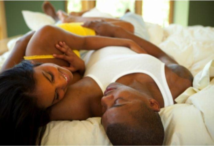 un couple au lit