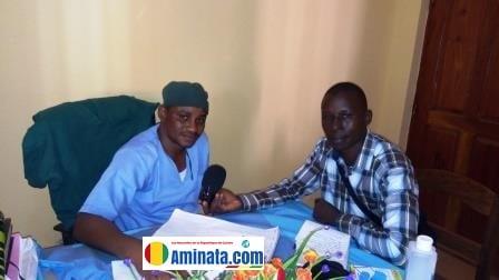 Notre reporter Oumar M'Boh avec Dr Mamadou Diallo fondateur de la clinique Sira