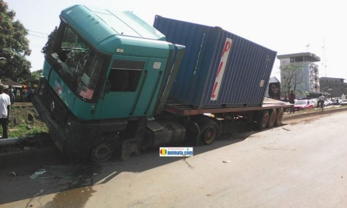conakry un camion remorque fait un accident un percute un lampadaire koloma actualit de la. Black Bedroom Furniture Sets. Home Design Ideas