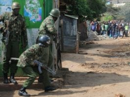 Heurts entre policiers kényans et partisans de l'opposition, le 27 octobre 2017 dans le bidonville de Kawangware à Nairobi | AFP | SIMON MAINA