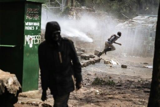 Heurts entre manifestants de l'opposition kényane et policiers antiémeutes, le 26 octobre 2017 à Kibera, un bidonville de Nairobi | AFP | MARCO LONGARI