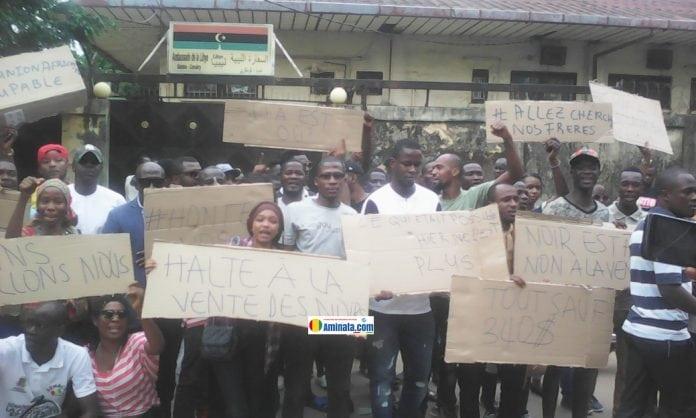 Des Guinéens manifestent devant l'ambassade de la Libye à Conakry