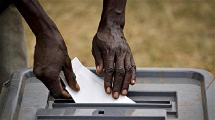 Un électeur glisse son bulletin dans l'urne lors des élections