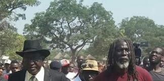 Tiken Jah Fakoly avec le ministre de l'éducation à Siguiri