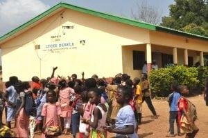 Kindia RusalCBK offre 6 classes et des matériels didactiques et bureautiques à Débélé.