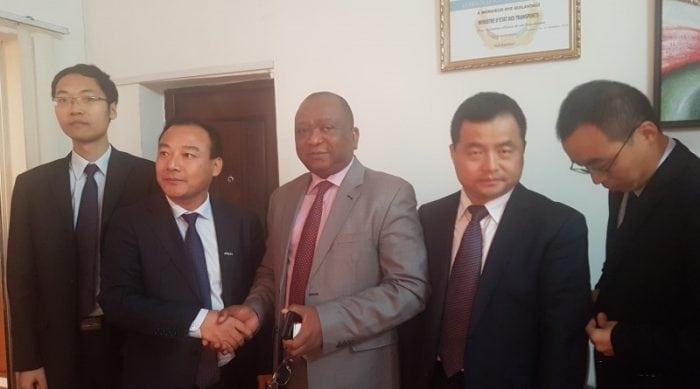 Oyé Guilavogui, ministre d'Etat aux transports avec des investisseurs chinois