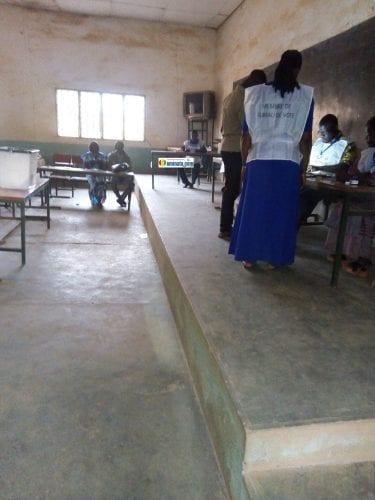 A l'intérieur d'un bureau de vote à N'Zérékoré