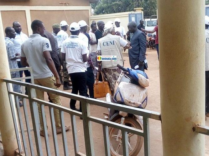 Des membres de la CENI dans un bureau de vote à Siguiri