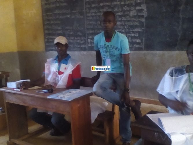 Des membres d'un bureau de vote à Koloma à la Carrière Africof dans la commune de Ratoma