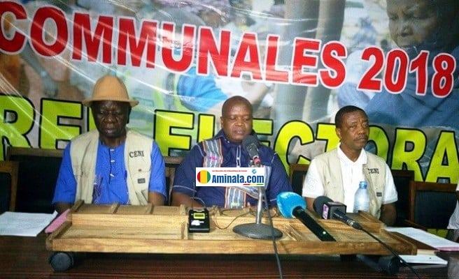Jacques Bonemy et des cadres de la CENI lors d'une conférence de presse