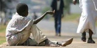 Un enfant mendiant dans un pays de l'Afrique de l'Ouest