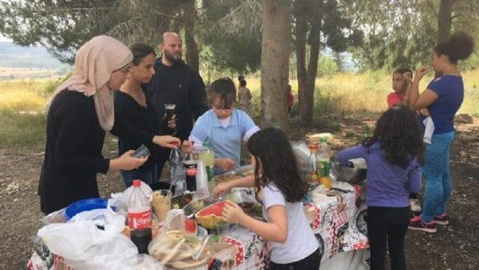 Des juifs et Arabes israéliens vivent ensemble dans l'entente dans ce village israélien