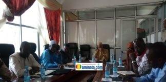 Des survivants et des députés échanges avec l'équipe de l'agence nationale de sécurité sanitaire