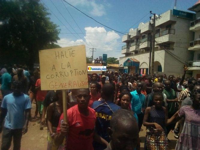 Des milliers de manifestants sans violences contre la hausse du prix du carburant