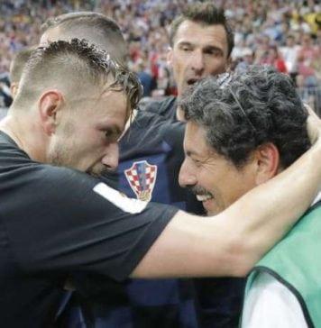 Rakitic, Mandzukic et un photographe lors de la demi-finale de la Coupe du Monde entre la Croatie et l'Angleterre