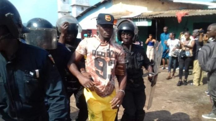 Un jeune arrêté par des policiers lors de la manifestation des forces sociales