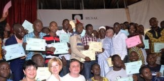 Des lauréats de bourse de Rusal avec le ministre de la défense Mohamed Diané