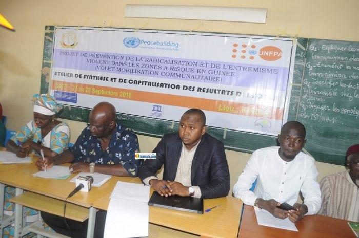Abdoul Sacko avec certains invités lors de l'atelier contre la radicalisation et l'extrémisme violents