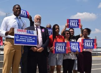 Charles Fall devant ses partisans lors d'une campagne électorale