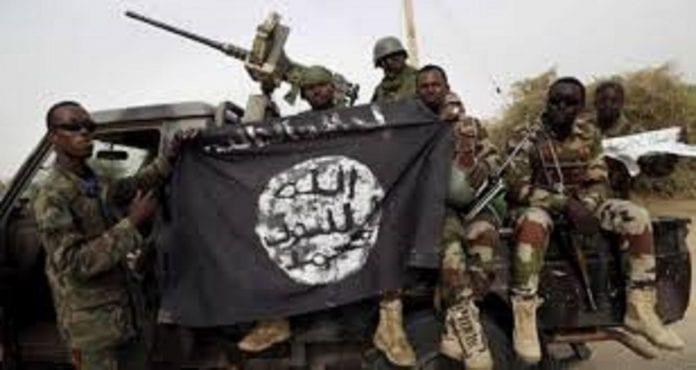 Une bandérole de l'Etat islamique tenue en trophée de guerre par des soldats africains