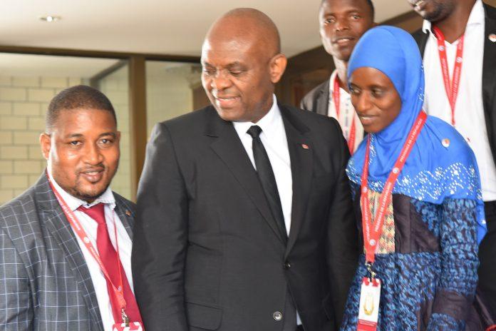 Alpha Oumar Bah, mentorship à droite du milliardaire nigérian Tony Elumelu après une audience au Palais Sékoutoureyah à Conakry