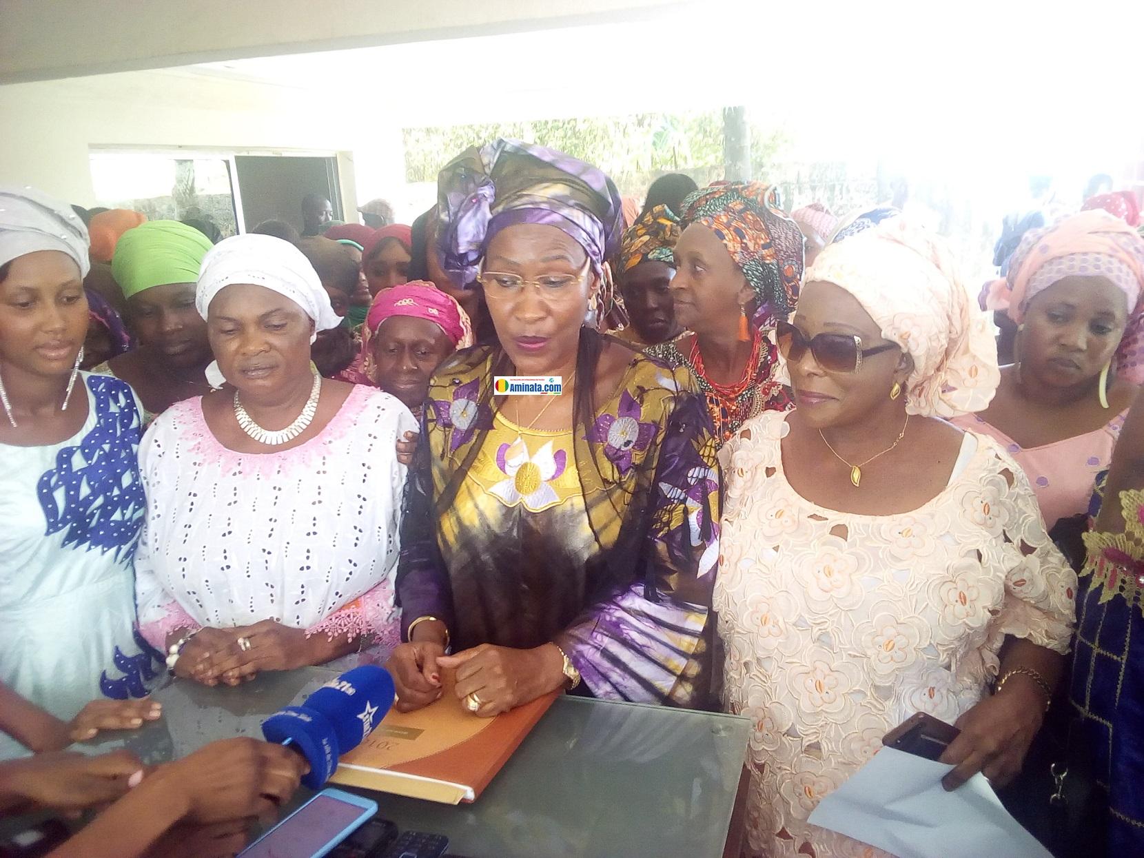 Hadja Maimouna Bah avec ses collègues femmes de l'opposition