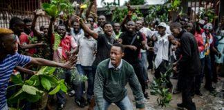 Des électeurs en colère attendent de pouvoir voter à Kinshasa, le 30 décembre 2018 | AFP | Luis TATO