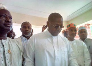 Ahmed Kourouma porte-parole de l'opposition entouré par Cellou Dalein, Dembo Sylla