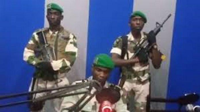 Des militaires putschistes à la télévision gabonaise