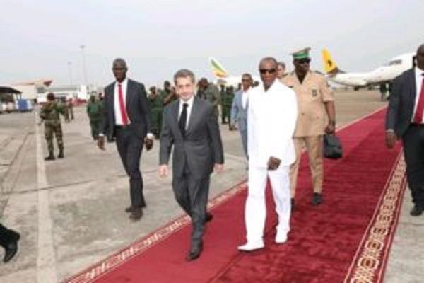 Alpha Condé reçoit Nicolas Sarkozy à l'aéroport de Conakry