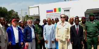 Les ministres Yero Baldé et Edouard Niankoye lors de la remise de laboratoire mobile offert par Rusal