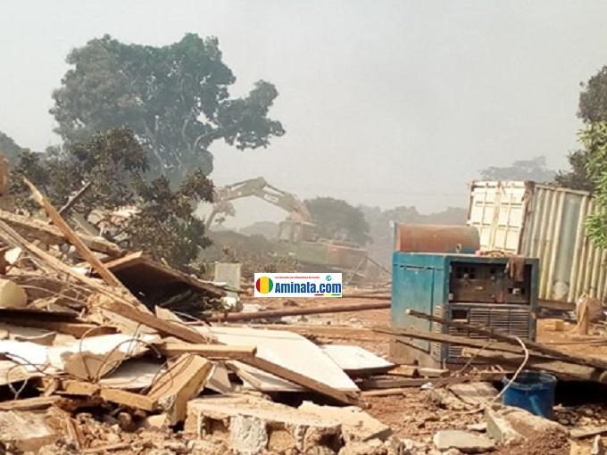 Des ruines après le violent deguerpissement de Kaporo rails