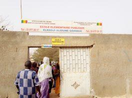 Guediawaye, ville située à une vingtaine de kilomètres de Dakar, des citoyens rejoignent les bureaux de vote