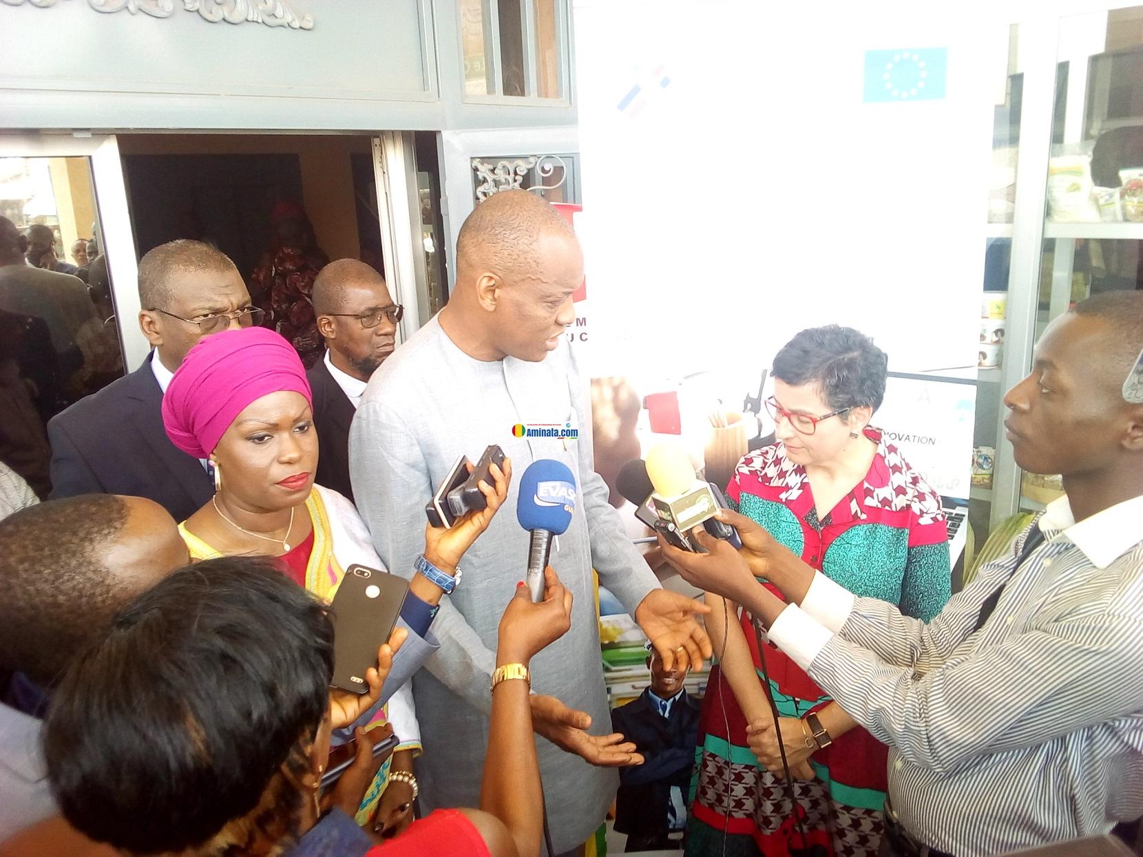 Boubacar Barry ministre du commerce avec Arancha González directrice exécutive du Centre de Commerce international(CCI) à Conakry