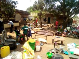 Des citoyens font sortir leurs biens de leur maison en attendant l'arrivée du bulldozers