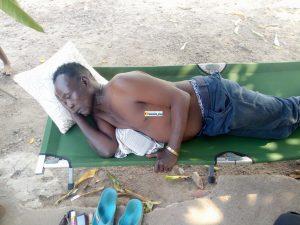 Abdoulaye Camara dit Bras Cassé couché après avoir été violemment bastonné