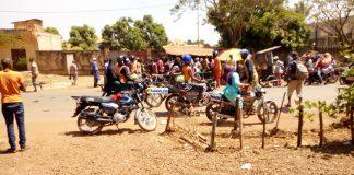 Des conducteurs de taxi-motos sur la route nationale Labé-Conakry