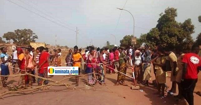 Des manifestants dans la rue à Kamsar pour réclamer l'électricité