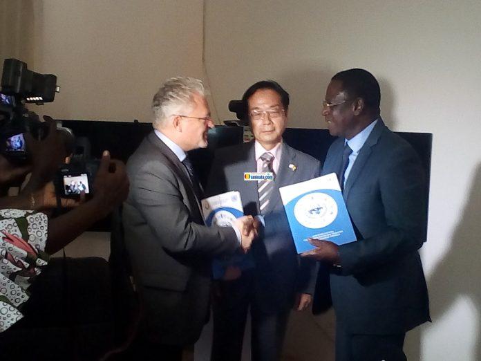 Sidiki Keita Directeur général l'agence nationale de l'aquaculture de Guinée (ANAG) et Lionel Laurens représentant résident pays