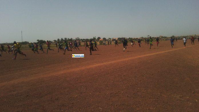 Test de recrutement de l'armée à l'aéroport de Labé