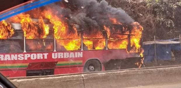 Un bus de la Sotragui en feu non loin du carrefour Bambéto