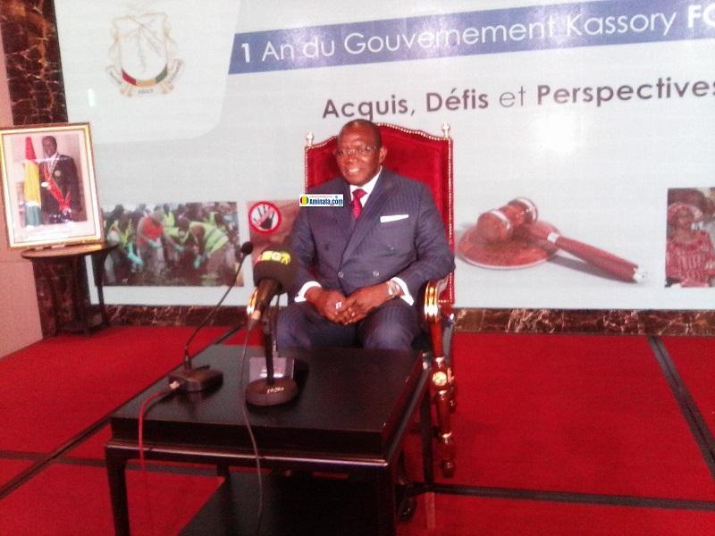 Le premier ministre Ibrahima Kassory Fofana lors d'une conférence de presse sur le bilan de sa première année à la tête de la primature