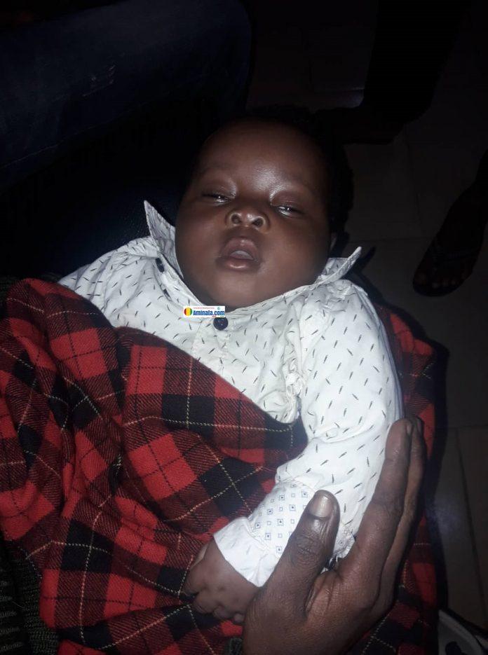 Ce bébé d'environ quatre mois abandonné par sa mère