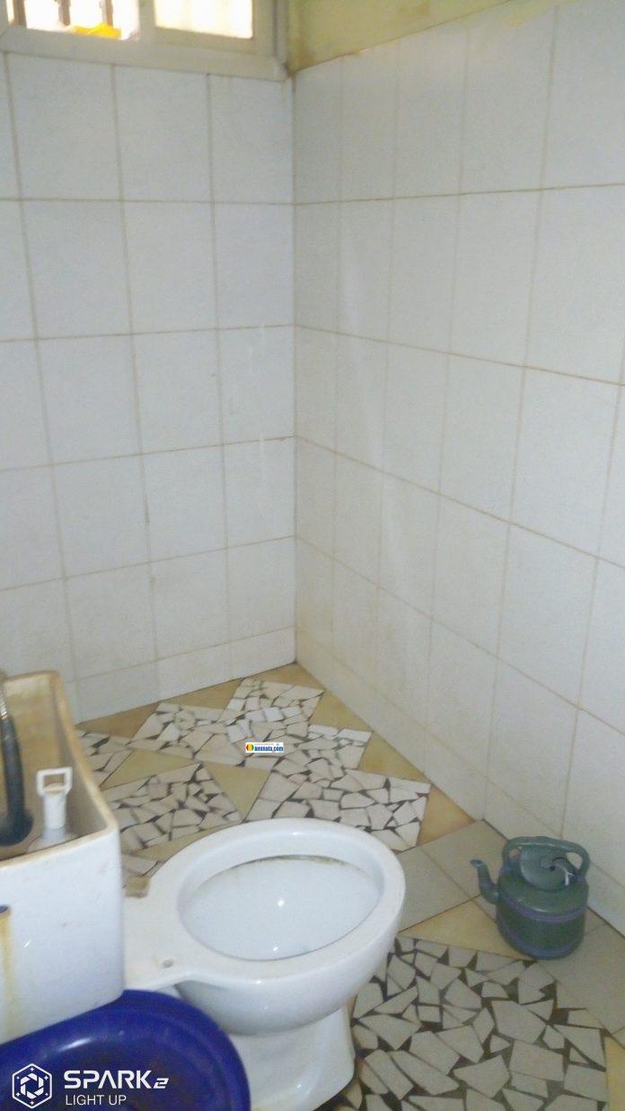 A l'intérieur d'une toilette scolaire à Labé